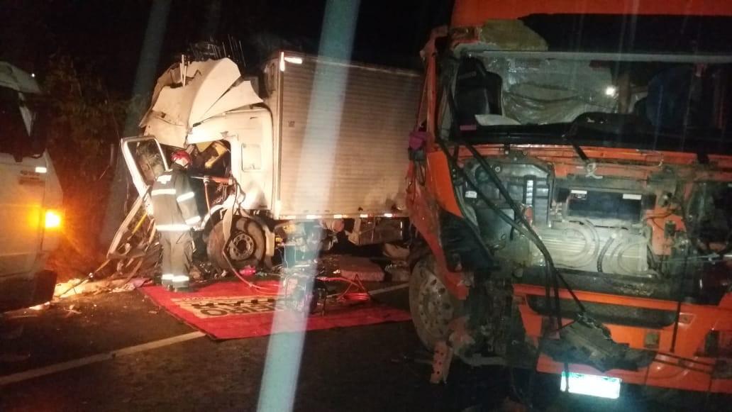 Duas pessoas ficam feridas em acidente entre carreta e caminhão na BR-251