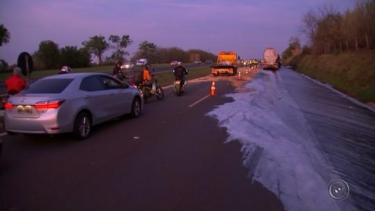 Caminhão que se envolveu em acidente com vazamento de combustível é retirado de rodovia