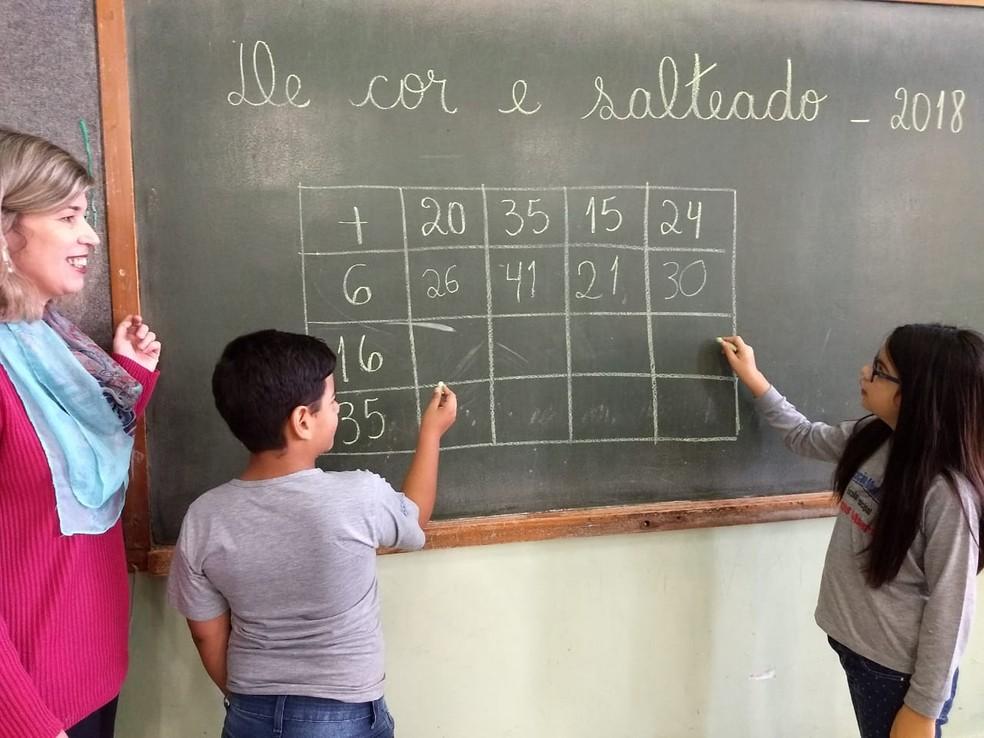 Crianças resolvem exercício na lousa durante a aula de matemática (Foto: Arquivo Pessoal)