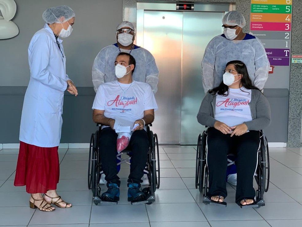 Professor de química, Emerson Rocha, e assistente social, Sabrina Ellen, de Manaus, receberam alta após tratamento da Covid-19 em Alagoas — Foto: Marcel Vital/Agência Alagoas