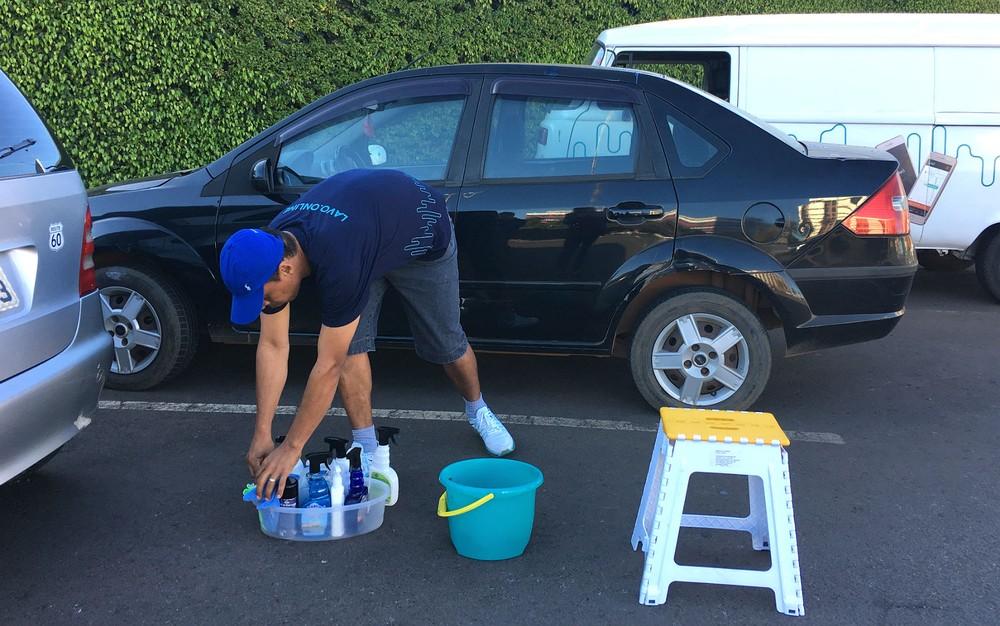 Lavar o carro antes de deixá-lo parado é uma boa dica para conservação — Foto: Luiza Garonce;G1