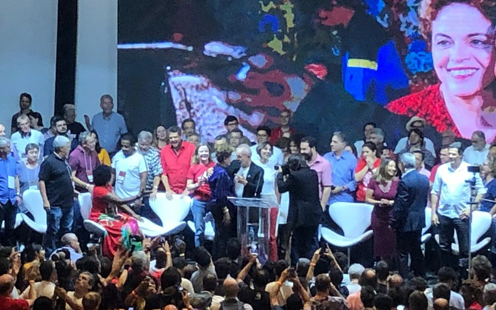 Os ex-presidentes Luiz Inácio Lula da Silva e Dilma Rousseff se cumprimentam no congresso do Partido dos Trabalhadores (PT) — Foto: Beatriz Borges/G1