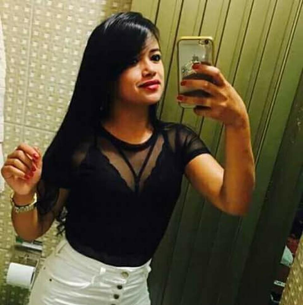 Jéssica Cristina morreu carbonizada após carro bater em árvore (Foto: Reprodução/Facebook)