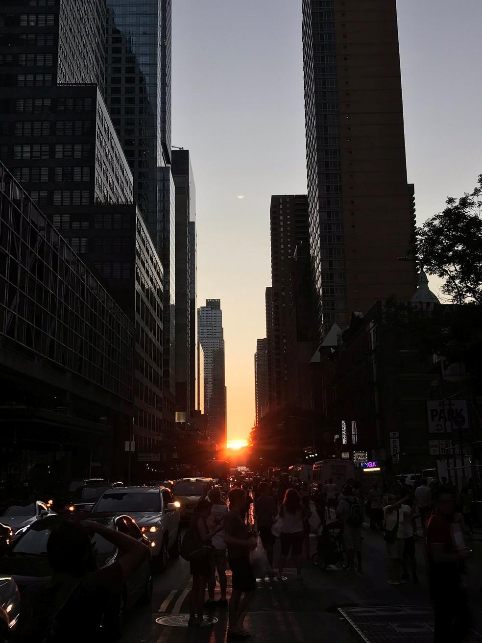 Pôr do sol entre os prédios apagados depois de blecaute em Nova York neste sábado (13) — Foto: Linda M/Reuters