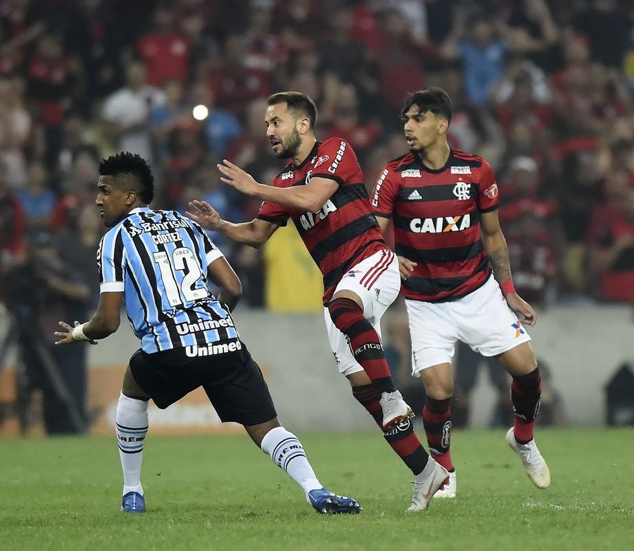 """Cortez nega falha e explica lance de gol do Fla: """"Bola quicou e me atrapalhou"""""""