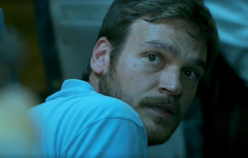 Em 'A Força do Querer', Rubinho (Emilio Dantas) é preso em operação policial comandada por Jeiza (Paolla Oliveira) — Foto:  Globo