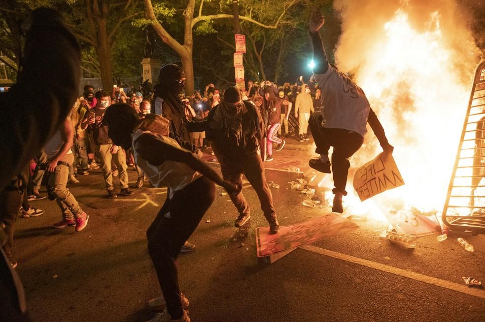 Em mais uma noite de protestos nos EUA, atos chegam perto da Casa Branca, que apaga as luzes externas | Mundo | G1
