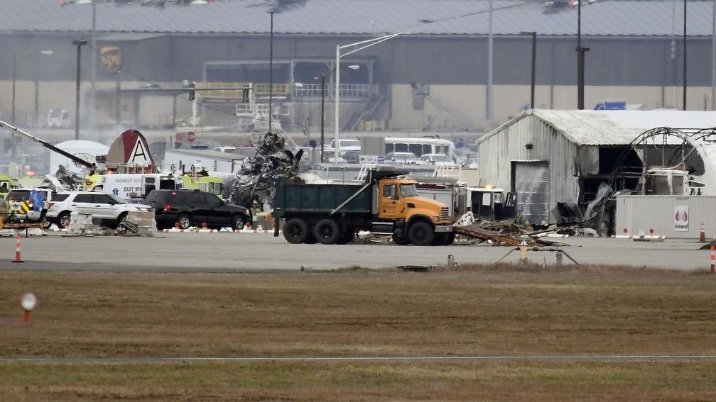 Bombardeiro da Segunda Guerra caiu em aeroporto no leste dos EUA nesta quarta-feira (2) — Foto: Jessica Hill/AP Photo