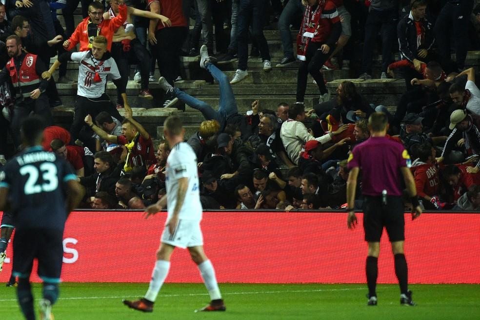 Pelo menos 18 torcedores ficaram feridos - três em estado grave - após o gol do Lille (Foto: AFP)
