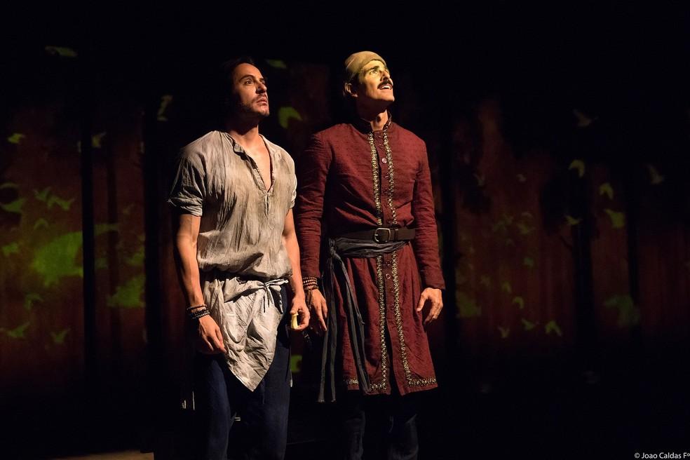 Reynaldo Gianecchini e Ricardo Tozzi em cena no espetáculo 'Os Guardas do Taj' — Foto:  João Caldas/Divulgação
