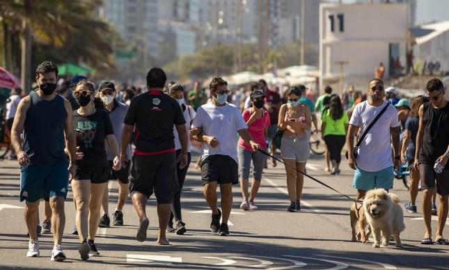 Cariocas e turistas caminham na orla do Leblon, no Rio
