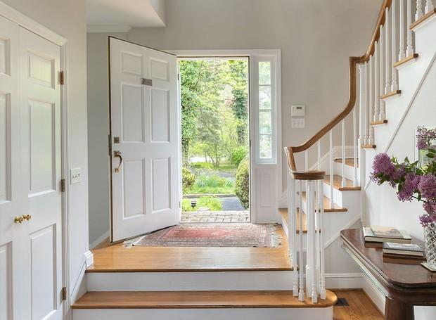 O hall de entrada leva direto à escada e ao centro da mansão (Foto: Ellis Sotheby's International Realty/ Reprodução)