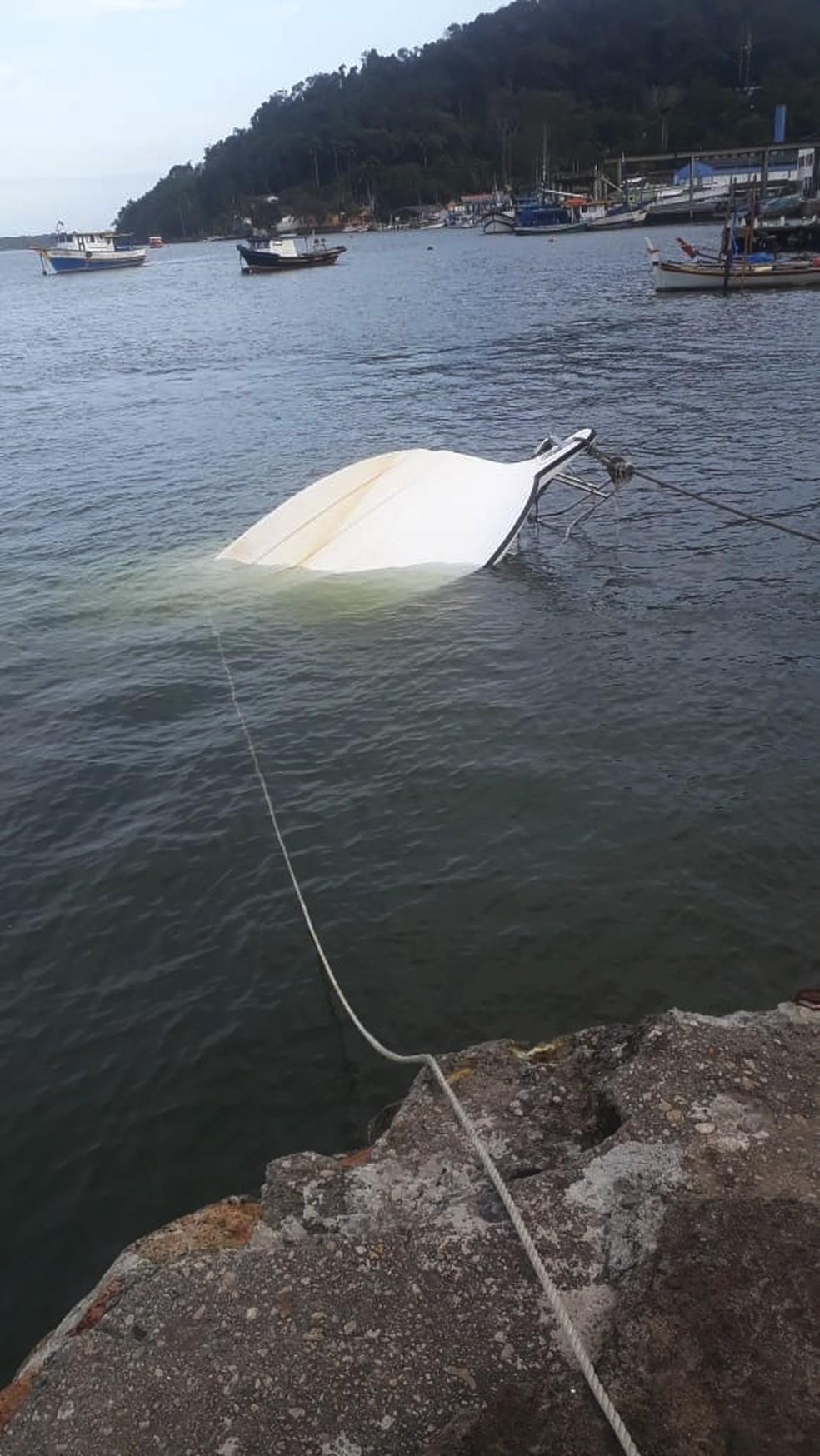 Embarcação virou no mar com quatro pessoas a bordo, em Cananéia, SP — Foto: G1 Santos
