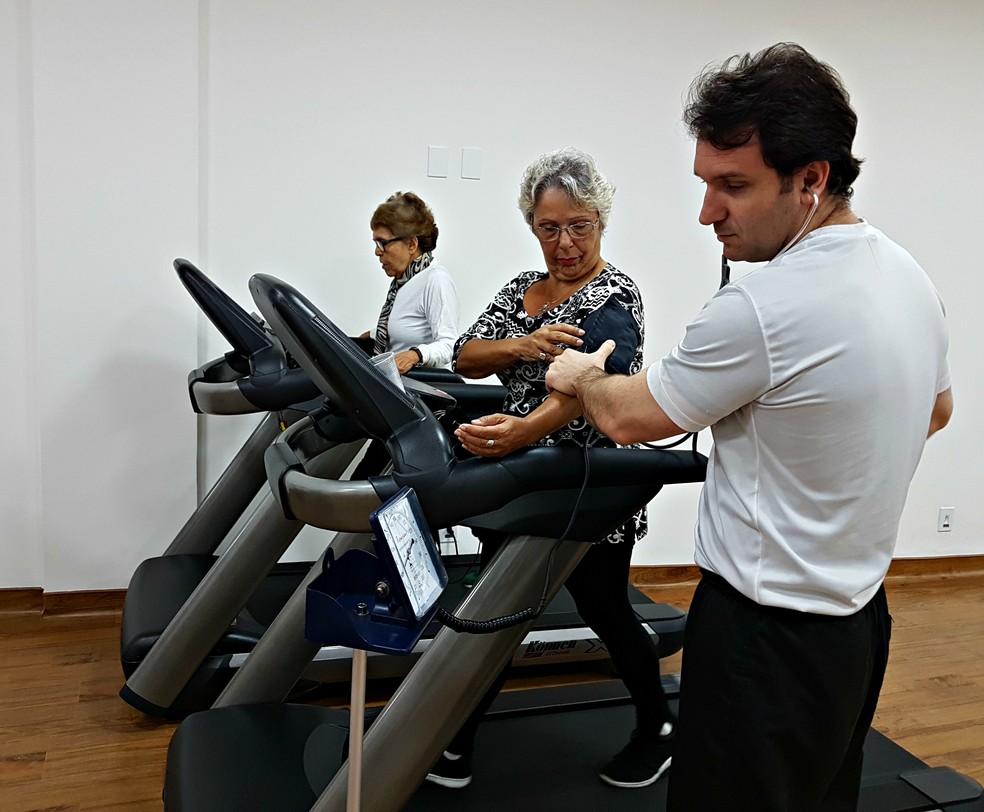 Paciente número 1, Dona Ana Maria tema  pressão verificada pelo treinador Roberto Cascon durante o treino na esteira (Foto: Renata Domingues)