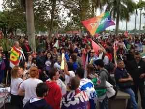 Manifestantes se reuniram por volta das 16h no Largo da Alfândega (Foto: Osvaldo Sagaz/RBS TV)