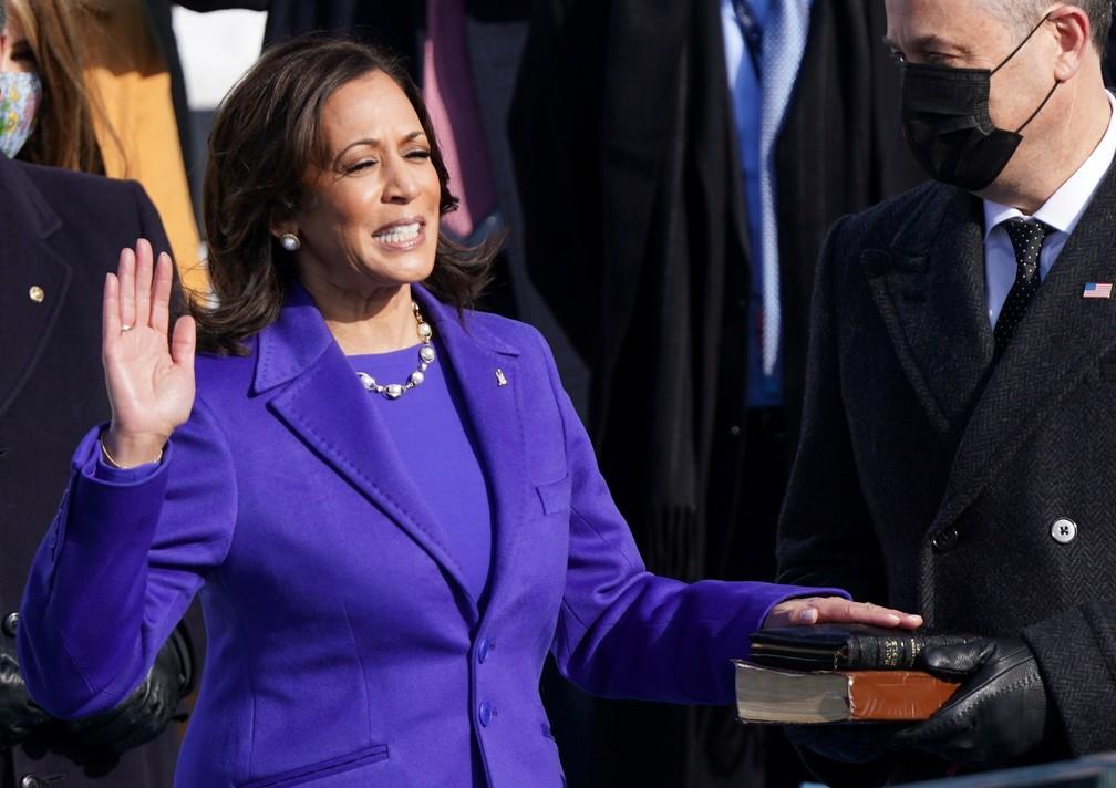 Kamala Harris presta juramento como vice-presidente dos EUA durante a posse de Joe Biden como 46º presidente dos Estados Unidos na Frente Oeste do Capitólio dos EUA, em Washington, nesta quarta (20)  — Foto: Kevin Lamarque/Reuters