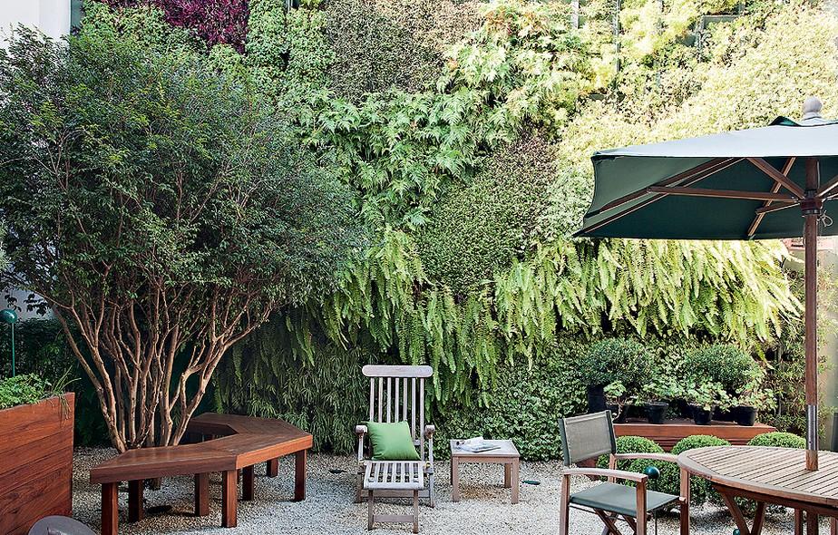 Um jardim completo com jabuticabeira e horta era o sonhos dos moradores. O desafio: arranjar espaço para tudo em 40 m². O paisagista Gilberto Elkis conseguiu criar um verdadeiro paraíso verde, em que um painel tropical dá profundidade ao espaço