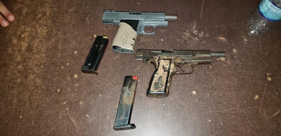 Grupo estava em posse de duas pistolas no momento da prisão  — Foto: Divulgação/PM-AC