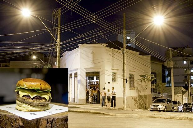 Lifestyle gastronomia - O hambúrguer do Nicolau da esquina,  do chef Leo Paixão, replicado no nico sanduíches, leva carne de boi magra e papada de porco (Foto: Camila Picolo)