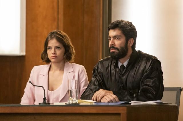 Agatha Moreira e Vandré Silveira gravam a cena do julgamento de Josiane em 'A dona do pedaço' (Foto: Rede Globo / Victor Pollak)