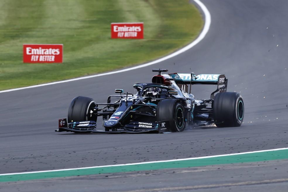 Hamilton se arrasta na última volta do GP da Inglaterra com pneu furado — Foto: Getty Images