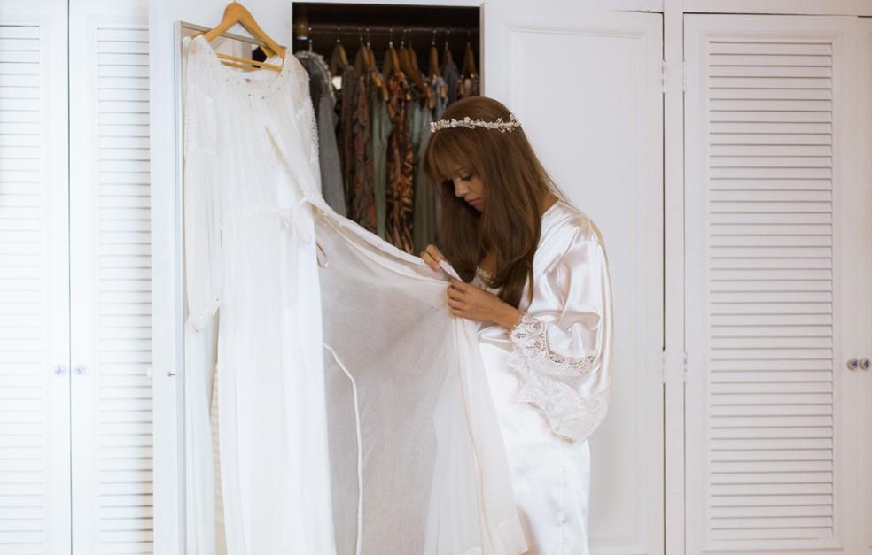 Alice olha para o vestido de noiva, mas seu pensamento está longe... (Foto: Raphael Dias/Gshow)