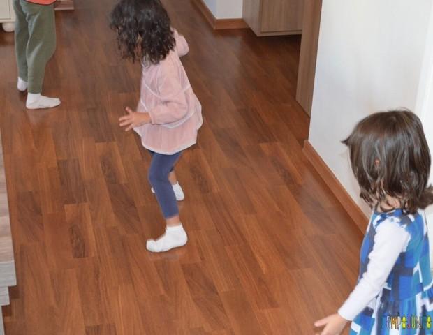 Patinação de meia ajuda a gastar a energia das crianças (Foto: Divulgação/Tempo Junto)