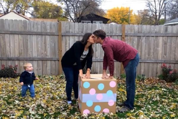 Casal fica confuso quando balões que saem de caixa de papelão não são azuis, nem rosas (Foto: Reprodução/Youtube)