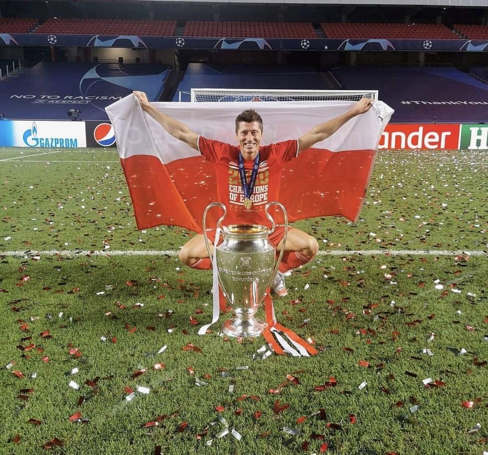 Lewandowski comemora o título da Liga dos Campeões com bandeira da Polônia  — Foto: Instagram