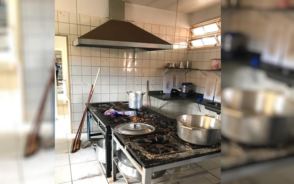 Caso ocorreu na cozinha da escola no Setor Retiro do Bosque, em Aparecida de Goiânia, Goiás (Foto: TV Anhanguera/Reprodução)