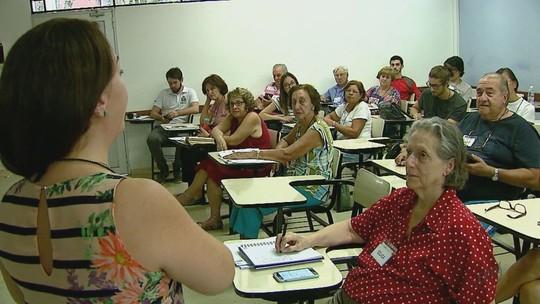 USP de São Carlos cria curso para ensinar idosos a mexer no celular