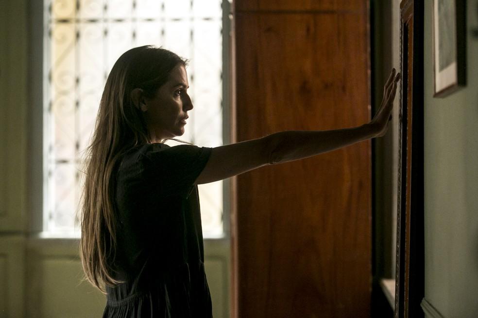 Karola decide cortar o cabelo enquanto se olha no espelho — Foto: Isabella Pinheiro/Gshow