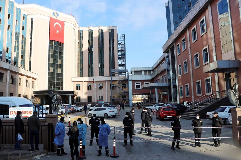 A polícia e segurança montam guarda do lado de fora do Hospital Universitário Sanko em Gaziantep — Foto: Kadir Gunes/Demiroren/Reuters