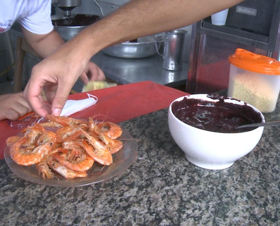 Açaí combina com camarão, peixes em geral, carne seca, entre outros ítens salgados. (Foto: TV Globo)