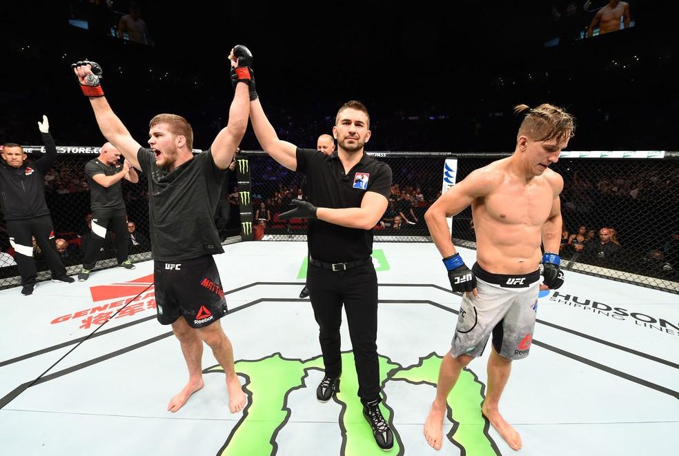 Jake Matthews é anunciado o vencedor diante de um incrédulo Bojan Velickovic no UFC Sydney (Foto: Getty Images)