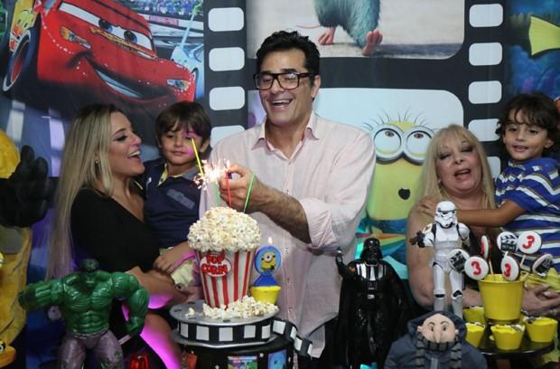 Luciano Szafir com Luhanna Melloni  e os filhos, Mikael e Davi (Foto: Daniel Pinheiro/AgNews )