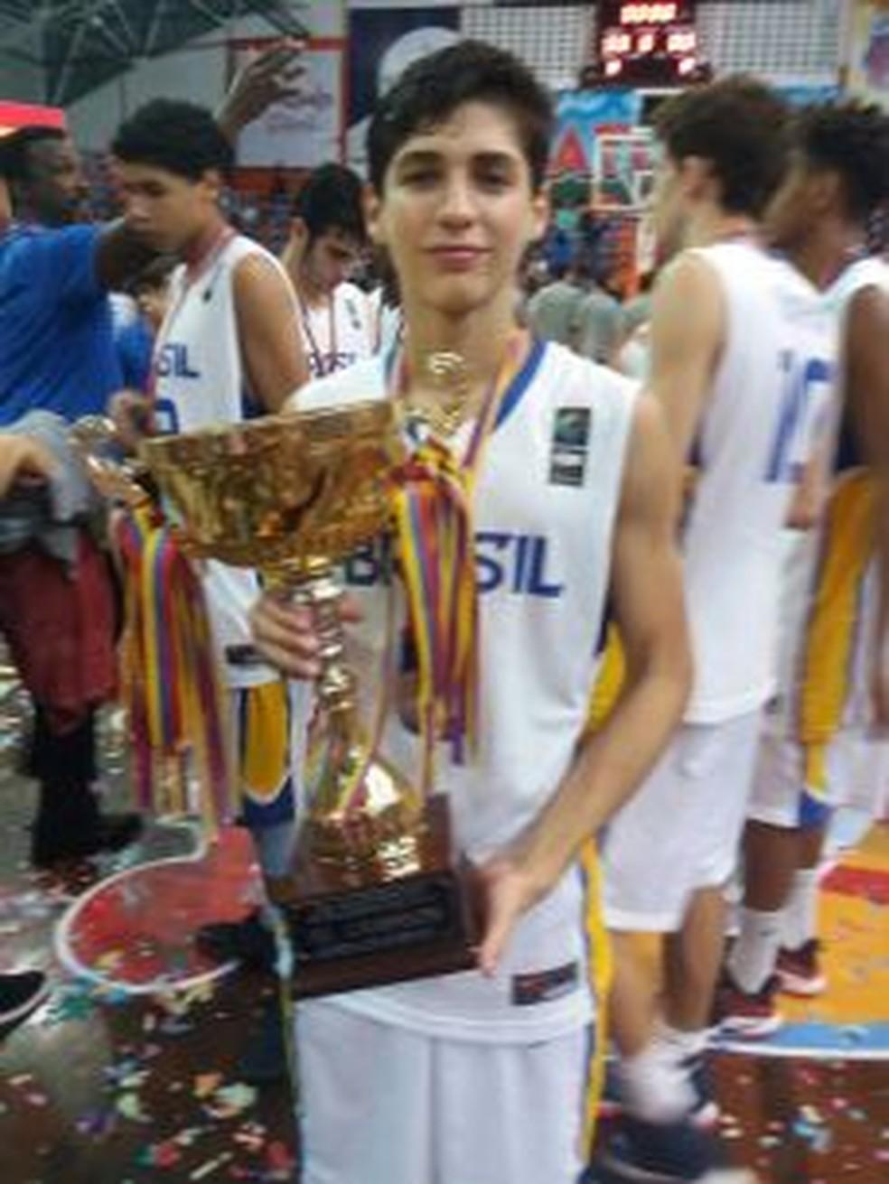 18a583fdf7 ... Matheus Leoni é campeão sul-americano de basquete com a seleção  brasileira — Foto