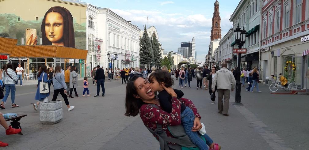 Gabriela e Olívia em Kazan, na Rússia. — Foto: Arquivo pessoal/Gabriela Antunes