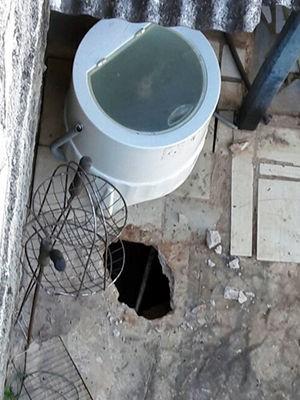Túnel aberto pelos presos deu acesso ao quintal de uma casa vizinha (Foto: Divulgação)