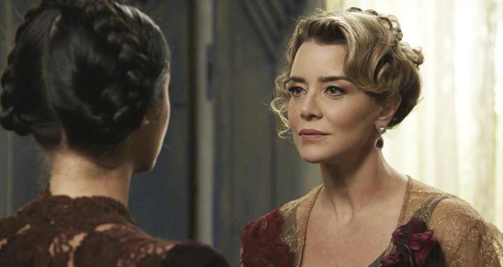 Josephine vai até a casa dos Pricelli convencer Fani a voltar para Mansão do Parque (Foto: TV Globo)