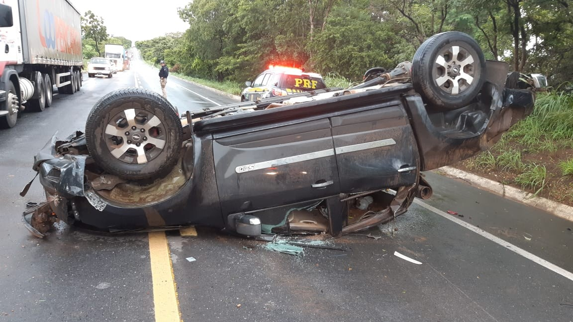 Motorista morre em capotamento na BR-365, em Jequitaí