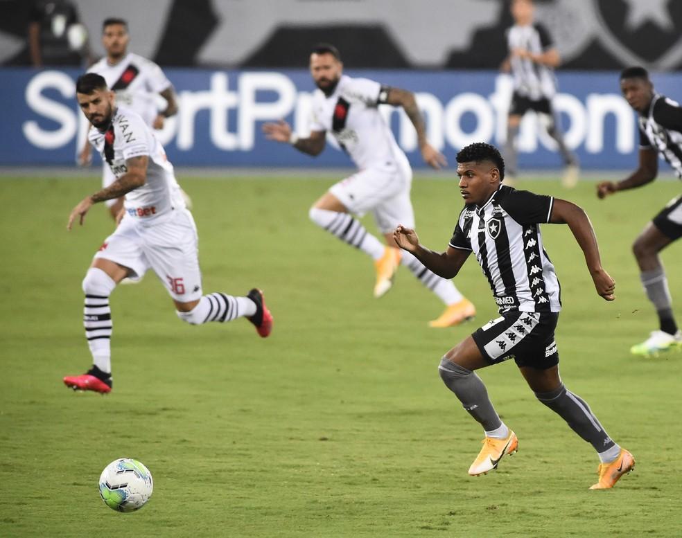 Rhuan não jogava desde a derrota para o Vasco, quando foi titular — Foto: André Durão / ge