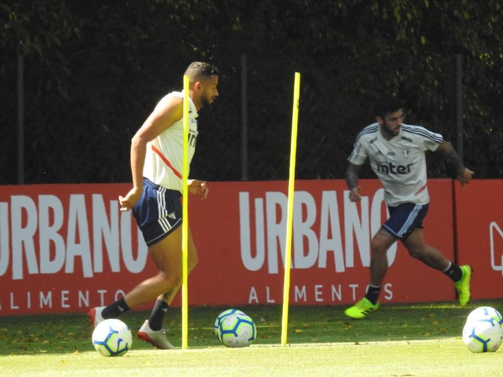 Reinaldo se recupera e volta a treinar no São Paulo — Foto: Marcelo Hazan