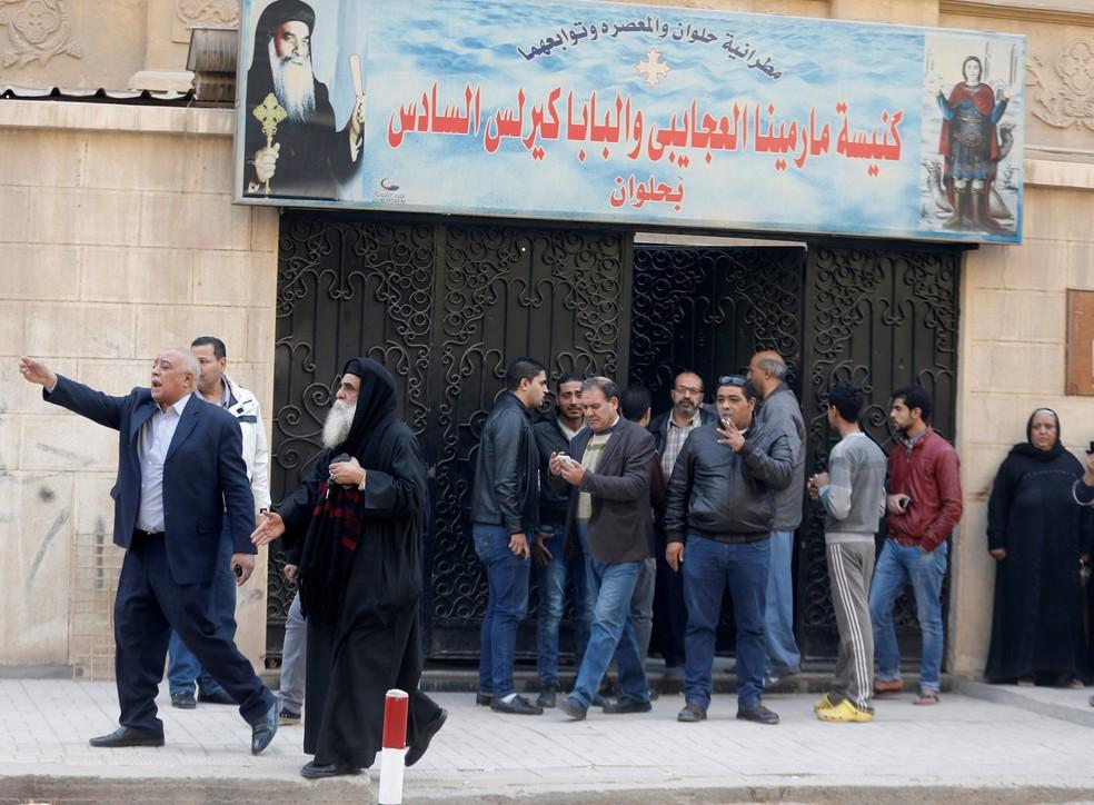Pessoas se aglomeram perto de igreja que foi alvo de ataque no Cairo, no Egito, nesta sexta-feira (29)  (Foto: Amr Abdallah Dalsh/ Reuters)