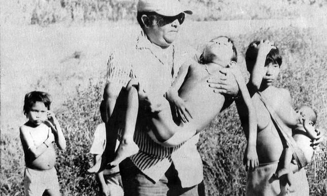 Piloto carrega criança yanomami da aldeia de Paapiu infectada por malária, em janeiro de 1990