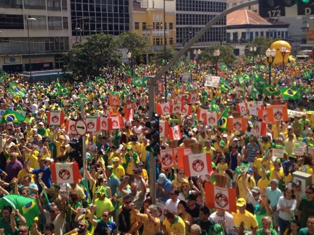Manifestantes contra o governo reunidos na Avenida Francisco Glicério, em Campinas (Foto: Felipe Boldrini/EPTV)