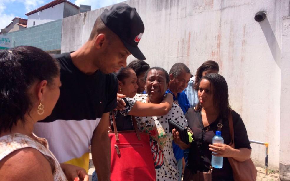 Moradores aguardam informações sobre desaparecidos na UPA de Vera Cruz (Foto: Julina Almirante / G1)