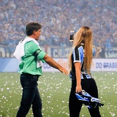 Carol Portaluppi chora com vitória do Grêmio e faz homenagem ao pai
