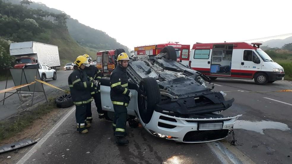Jaguar envolvido em acidente que matou duas jovens na BR-470 em Gaspar — Foto: Corpo de Bombeiros/Divulgação