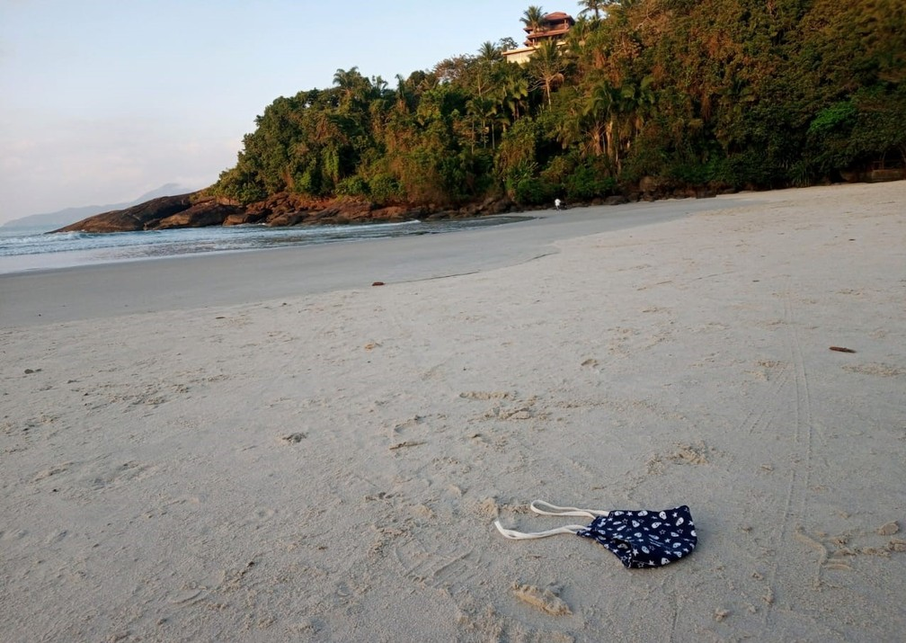 Instituto alerta para descarte incorreto de máscaras em praias do litoral norte de São Paulo — Foto: Instituto Argonauta/Divulgação